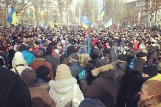 У Дніпропетровську міліція поливає протестувальників водою при 10-градусному морозі