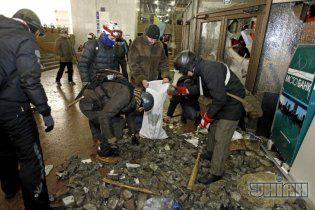 Майдановцы захватили Украинский дом и начали возводить возле него баррикады