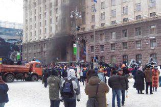 Митингующие закрыли двери КГГА и никого не пускают