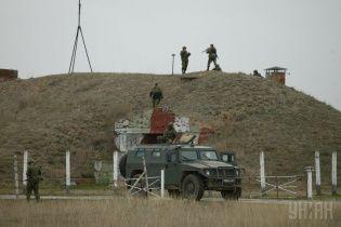 Российские военные начали разблокировать военные части в Крыму