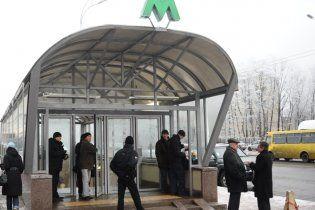 """На станції метро """"Голосіївська"""" чоловік помер на очах у пасажирів"""