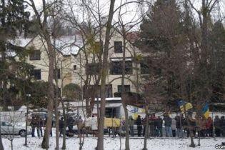 Автомайдан пикетировал особняк Азарова в Австрии