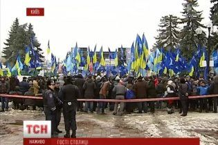 До Києва на Антимайдан вже привезли десятки тисяч людей, їх охороняють силовики