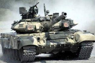 З військової частини в Перевальному вивозять танки після трьох тижнів опору окупантам