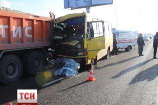 Во Львове маршрутка с людьми влетела в припаркованный грузовик