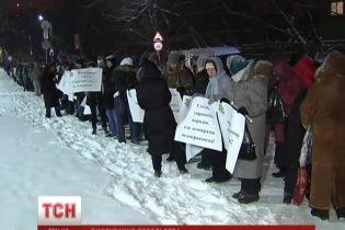 В Киеве несколько тысяч протестующих окружили посольство США