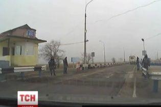 Крым отгородился от Украины вооруженными до зубов неизвестными на блокпостах