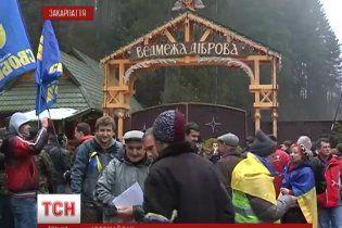 На Закарпатье майдановцы заклеили роскошный особняк Медведчука наклейками и карикатурами