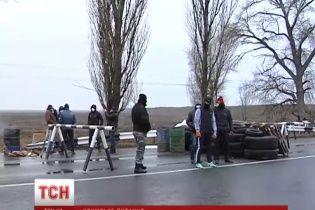 Дороги в Крим перекрили озброєні бойовики з російськими прапорами на рукавах