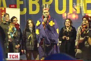"""На Євромайдан завітав """"революційний Миколай"""", а Руслана отримала подарунок від активістів"""