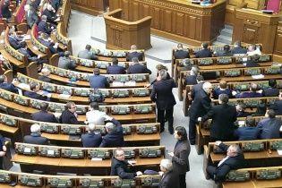 Депутати продовжать сьогодні екстрену сесію Ради