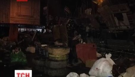 На Майдане Независимости усилили баррикады