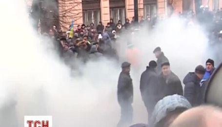У Чернівцях під час штурму обласної ради травмовано кілька людей