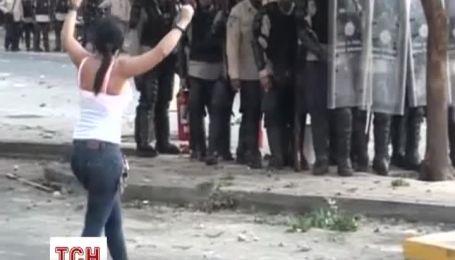 В Каракасе полиция применила резиновые пули для разгона антиправительственного протеста