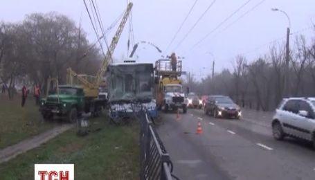 В Симферополе троллейбус съехал с проезжей части в кювет