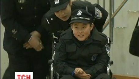 Китайские полицейские осуществили мечту мальчика, прикованного к инвалидной коляске