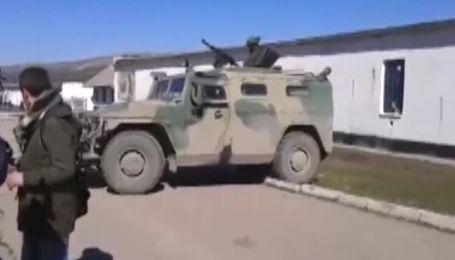 """Хвалений російський бронеавтомобіль """"Тигр"""" ледь подолав бордюр"""