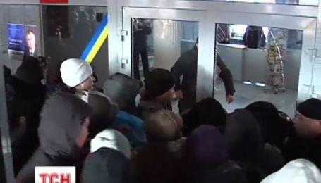 В трех областях митингующие захватили областные государственные администрации