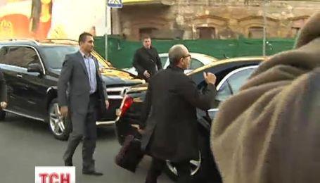 Кернес в кроссовках с сопровождением кортежа явился на допрос в прокуратуру