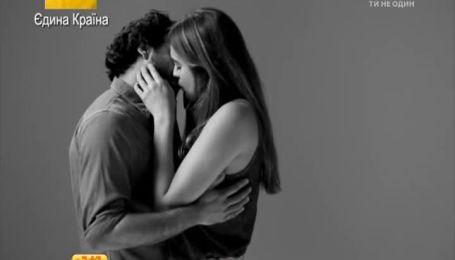 Відео першого поцілунку незнайомців набирає стрімкої популярності