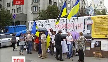 Верховна Рада скасувала мовний закон Колесніченка