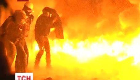 У чорному диму триває протистояння на вулиці Грушевського
