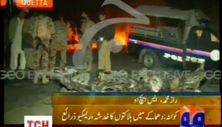 У Пакистані терорист-смертник на замінованому автомобілі врізався автобус з паломниками