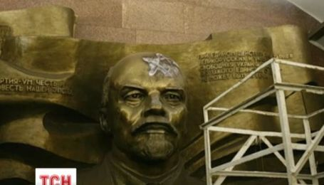 "На станції метро ""Театральна"" бюст Леніна зашили дошками"
