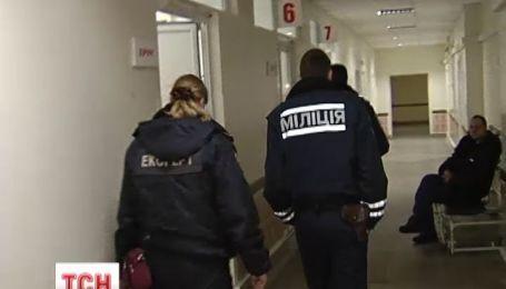 Медики неофіційно підтверджують, що під лікарнями чергують силовики в цивільному