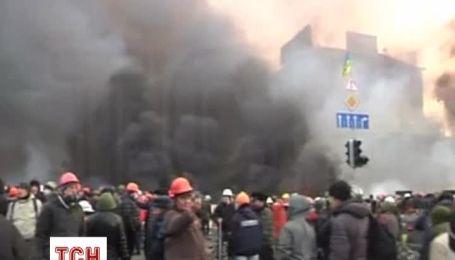 Майдановцы встретили утро в дыму и с молитвами