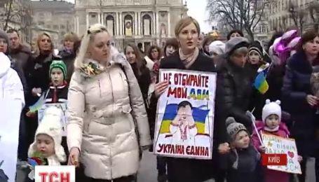 У своє свято українки вийшли на антивоєнні мітинги