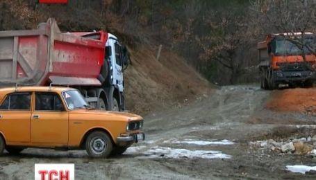 Ялтинці перекрили дорогу вантажівкам, що скидають будівельне сміття біля заповідника