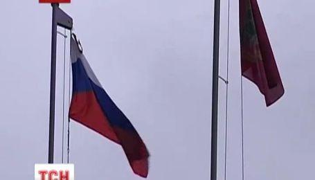 У Харкові активісти спалили прапор УПА і повісили російський триколор