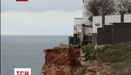 Зі стометрової висоти обвалилася дача та вольєр на мисі Фіолент у Севастополі