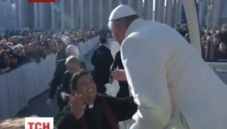 Папа Римський покатав свого палкого прихильника Ватиканом