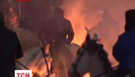 """У Іспанії провели старовинний ритуал""""купання""""коней у вогні"""