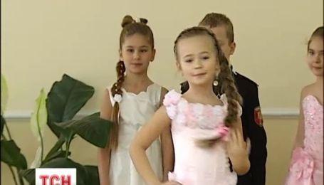 В столице школьницы померялись косами перед кадетами