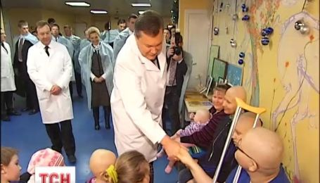 Янукович відвідав дітей з онкологією і роздав подарунки