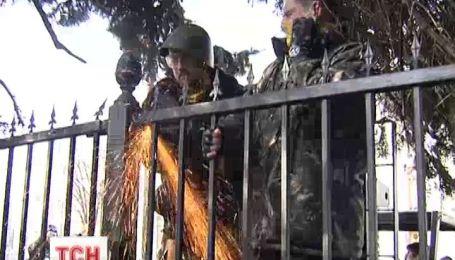 Люди разобрали металлический забор возле парламента