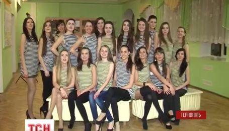 Тернопольские красавицы поддержали моряков фотосессией в тельняшках