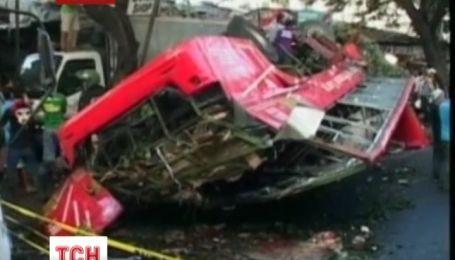 Пассажирский автобус упал с моста в Филиппинах