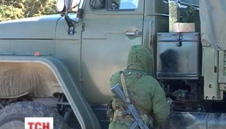 """Российские военные держат под прицелом украинских солдат и """"глушат"""" телефонную связь"""