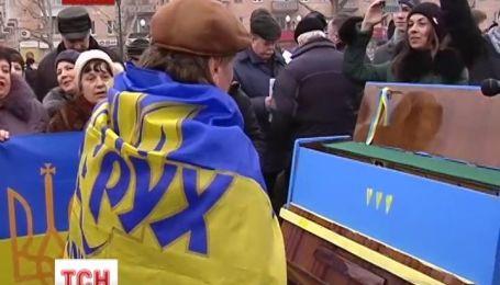 На Херсонском Евромайдане появилось желто-голубое пианино