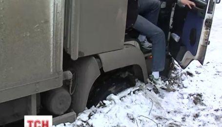 У Мукачево вантажівка ледь не провалилася під землю