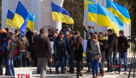 У Криму утворюють живий ланцюг за єдність України