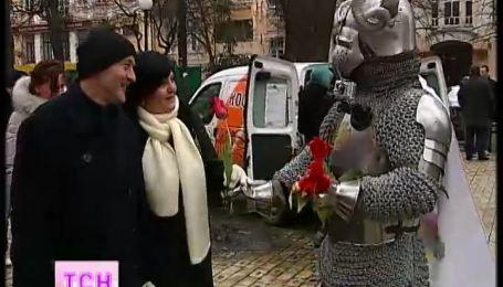В Киеве рыцарь в доспехах с цветами покорял женские сердца