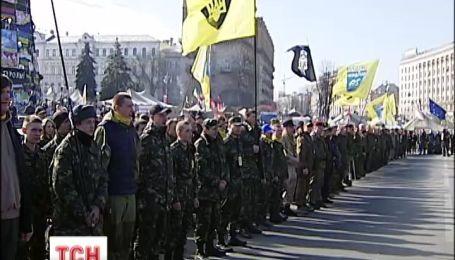 Добровольці продовжують прибувати до військкоматів