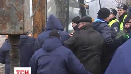 В Миколаєві люди кидалися під бульдозер щоб завадити будівництву