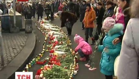 На Майдане продолжают оказать почести памяти погибших