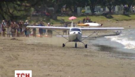 На пляже в Новой Зеландии не смог взлететь самолет после аварийной посадки